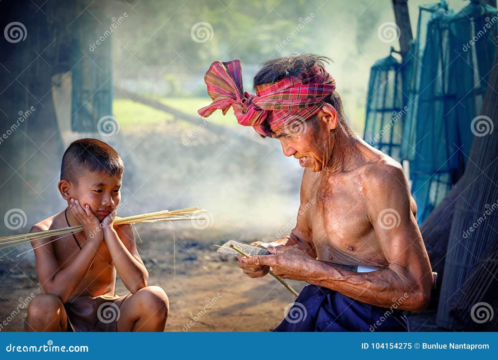 Tajlandia syn i ojciec jesteśmy pracującym ręcznie robiony Koszykowym bambusem lub f