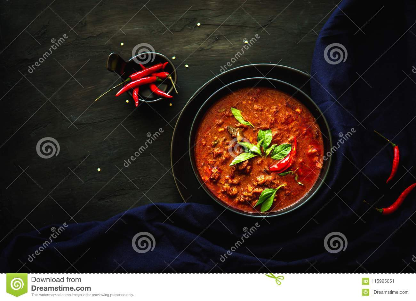 Tajlandia tradycyjna kuchnia, Czerwony curry, curry polewka, uliczny jedzenie, ciemny karmowy fotografia azjata jedzenie