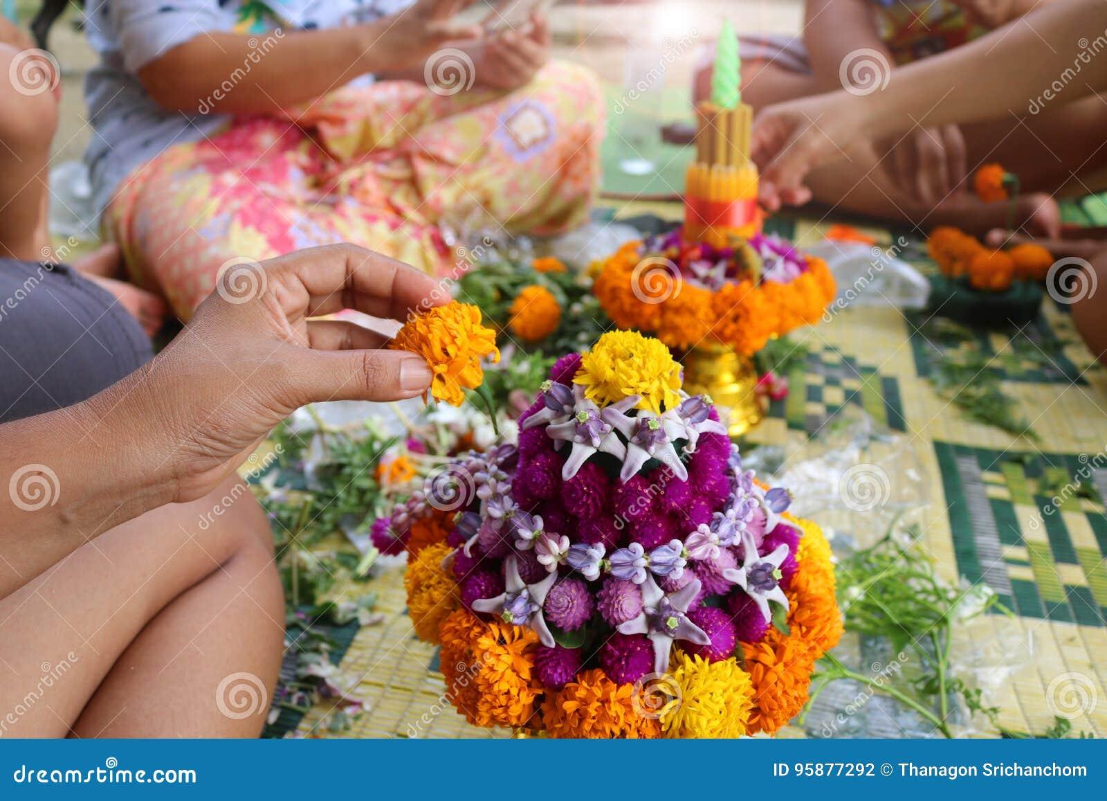 Tajlandzcy Lokalni ludzie robią kwiatu rzucać kulą