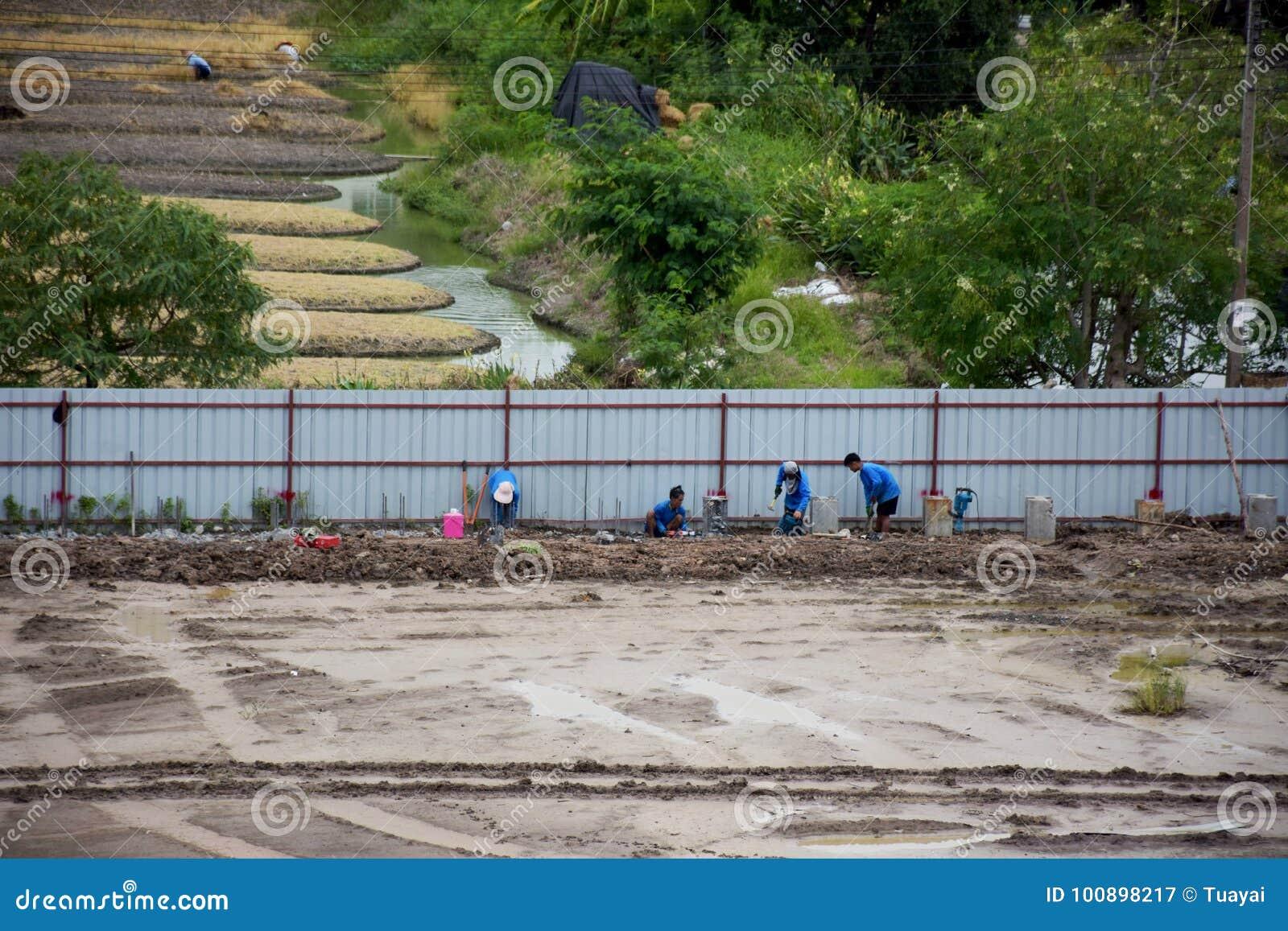 Tajlandzcy ludzie pracownika działanie przy budową i odprowadzenia