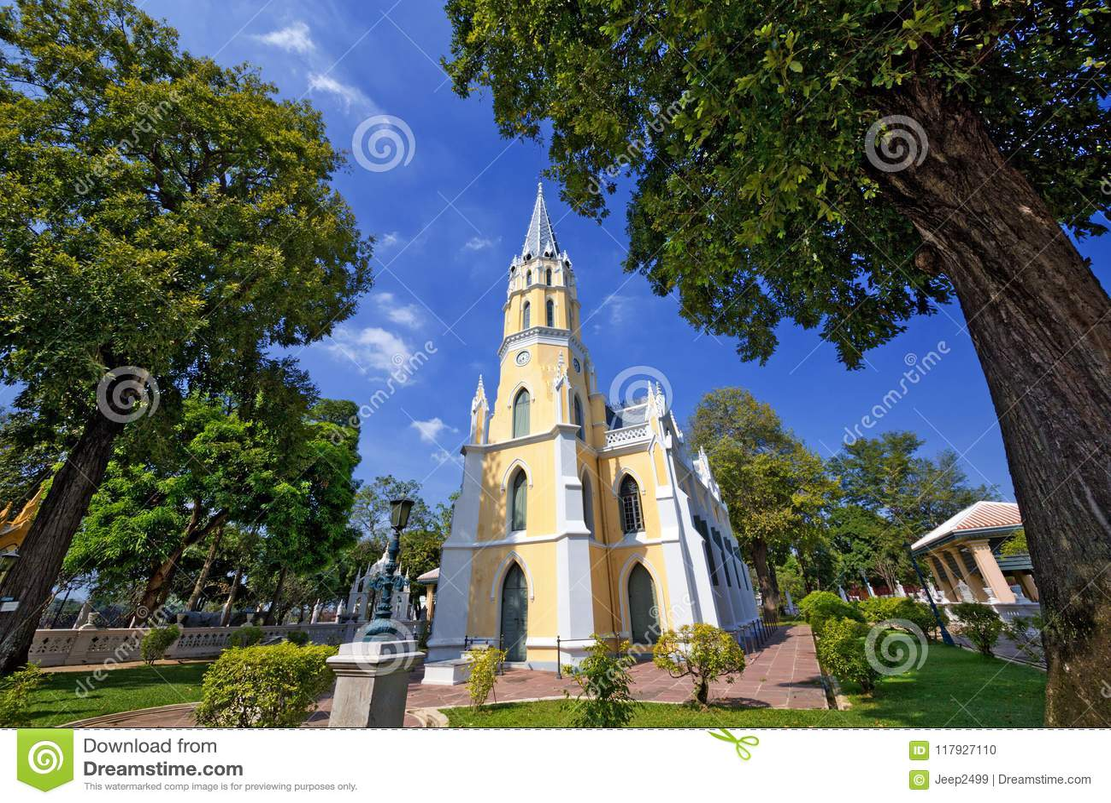 Tajlandzka świątynia w gothic kościół stylu Wat Niwet Thammaprawat