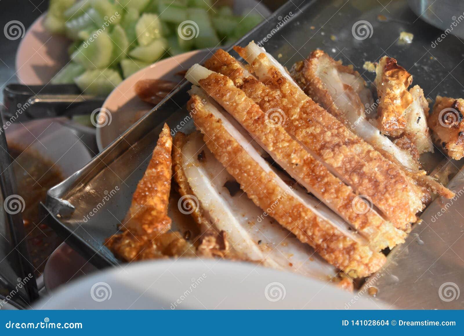 Tajlandzka crispy wieprzowina na talerzu