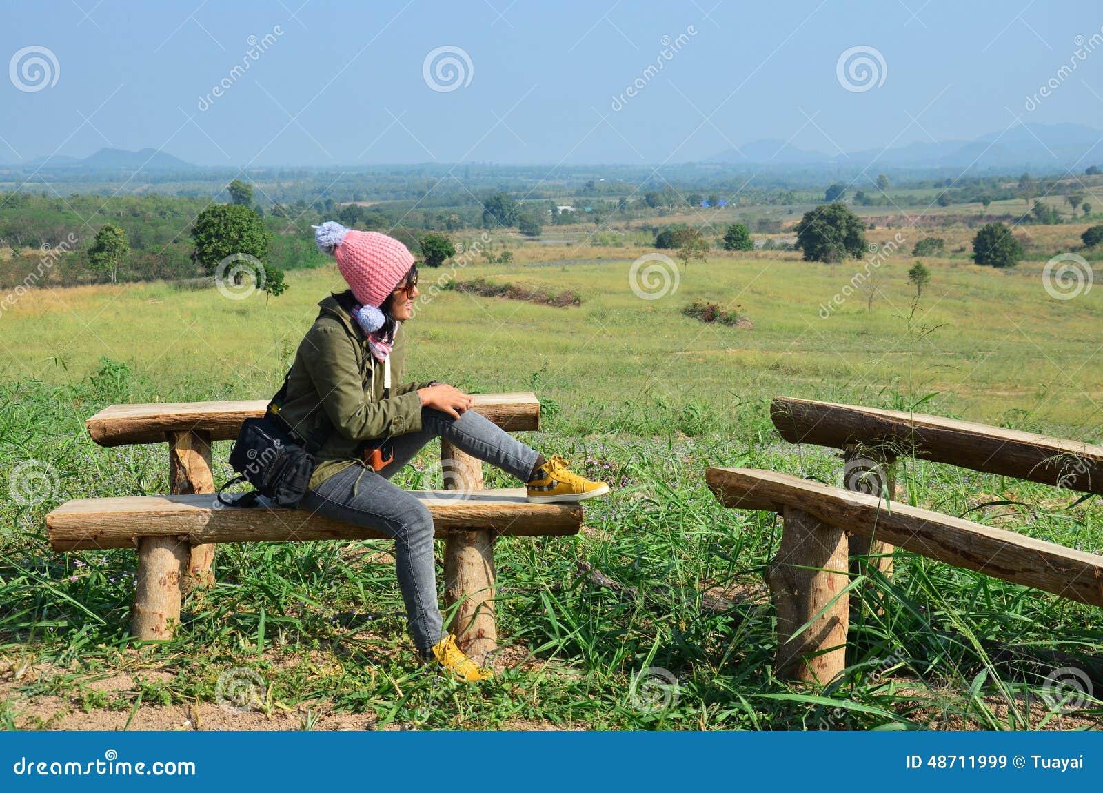Tajlandzka kobieta siedzi dla odpoczynku przy punktem widzenia w zima sezonie przy zakazem Kha