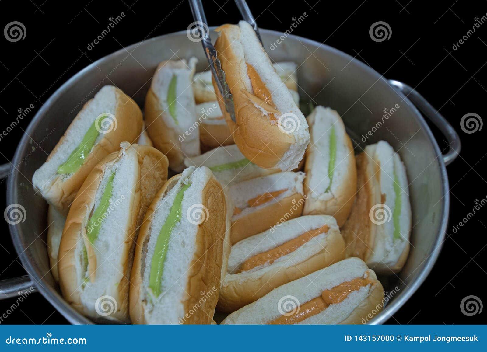 Tajlandzki Custard chleb w aluminums puszkuje, skupia się, selekcyjnego
