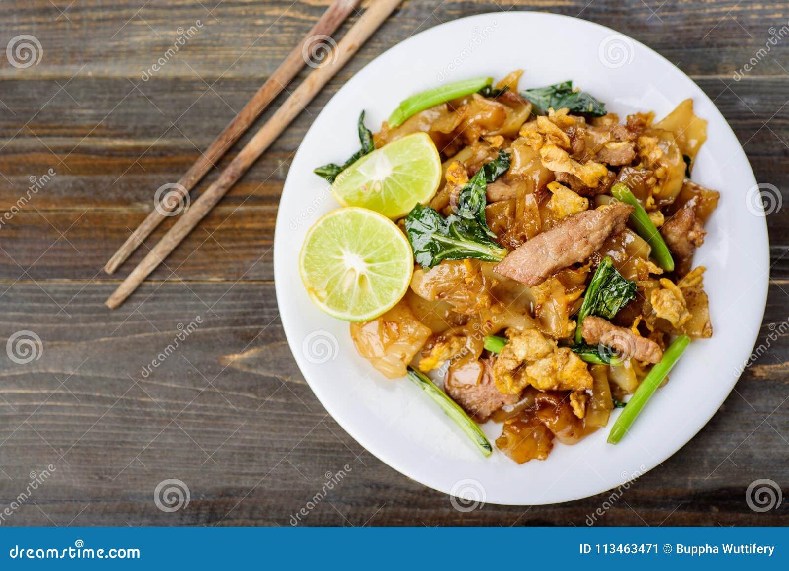 Tajlandzki jedzenie, fertanie smażył ryżowego kluski w soja kumberlandzie