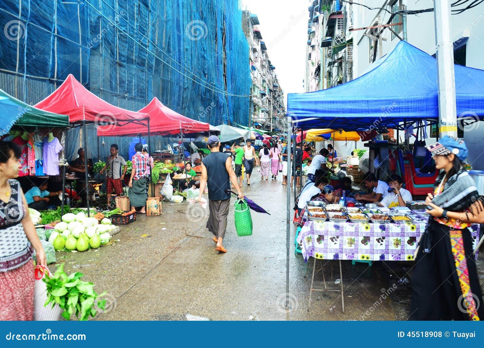 Tajlandzki kobieta portret przy Rangoon rynkiem