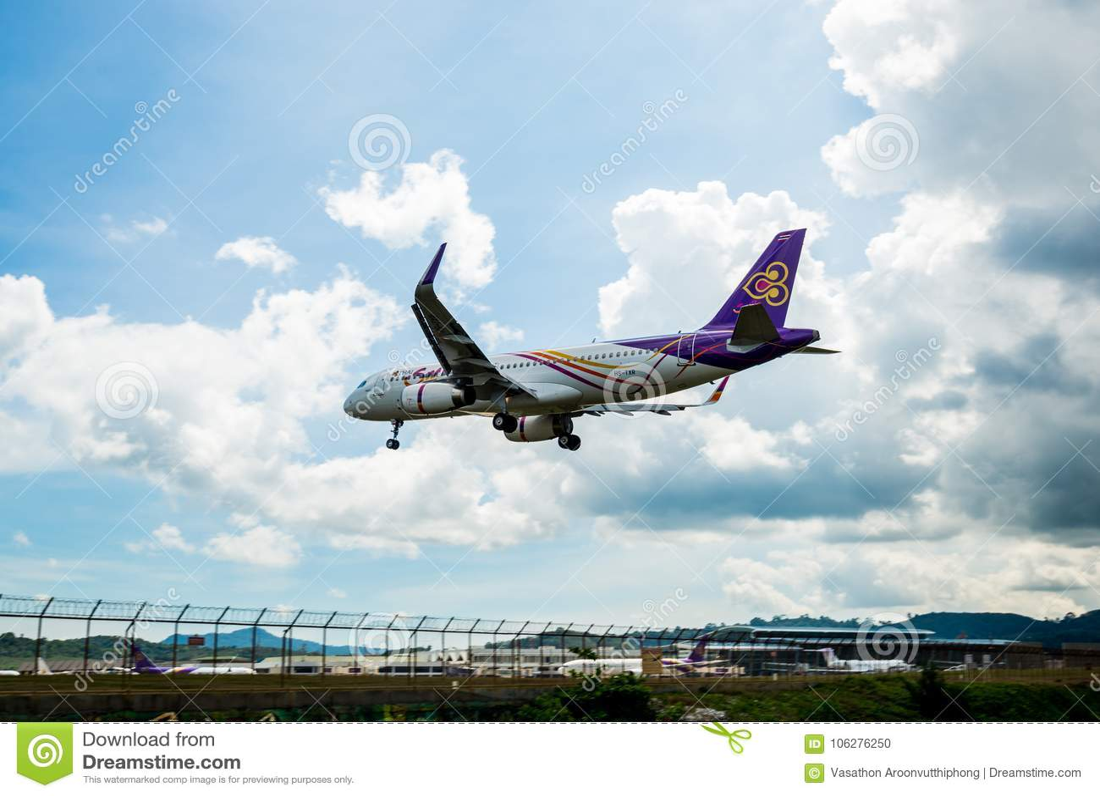 Tajlandzkie drogi oddechowe Airbus A320 lądują przy Phuket lotniskiem, fotografia od punktu kontrolnego Tajlandia