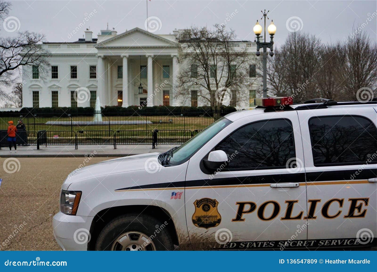 Tajna Służba samochodu policyjnego stojaki gotowi przy bielu domem