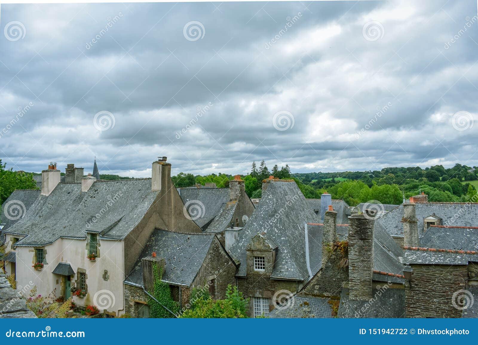 Tak av de gamla husen i Rochefort-en-Terre, franska Brittany