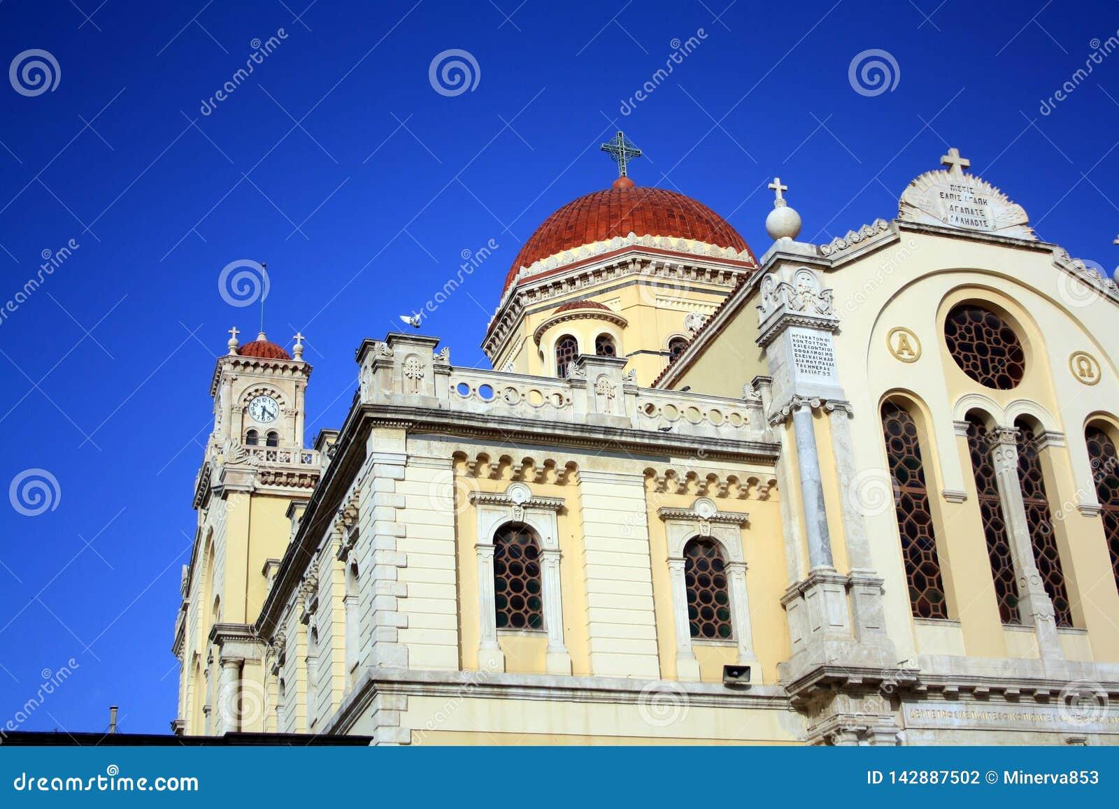 Tak av domkyrkan av St Minas i Iraklion med blå himmel crete greece