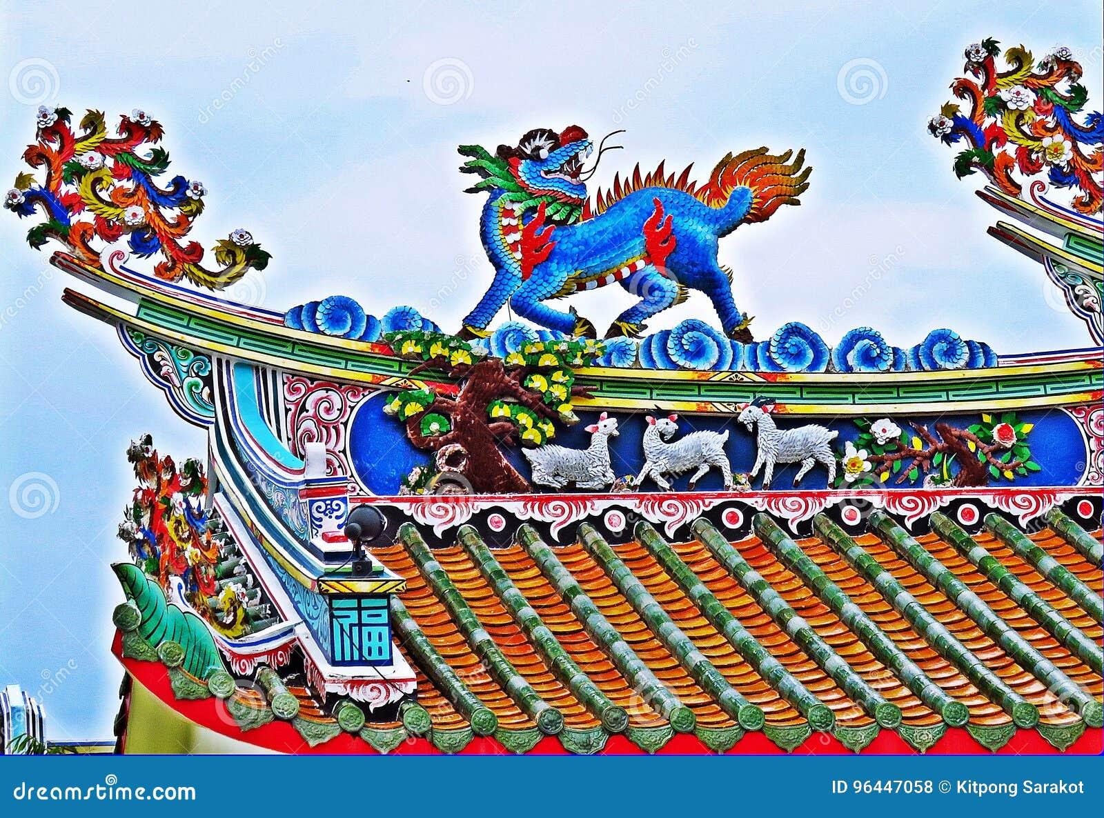 Tak för tempel för drakestatyflyg kinesiskt i Thailand