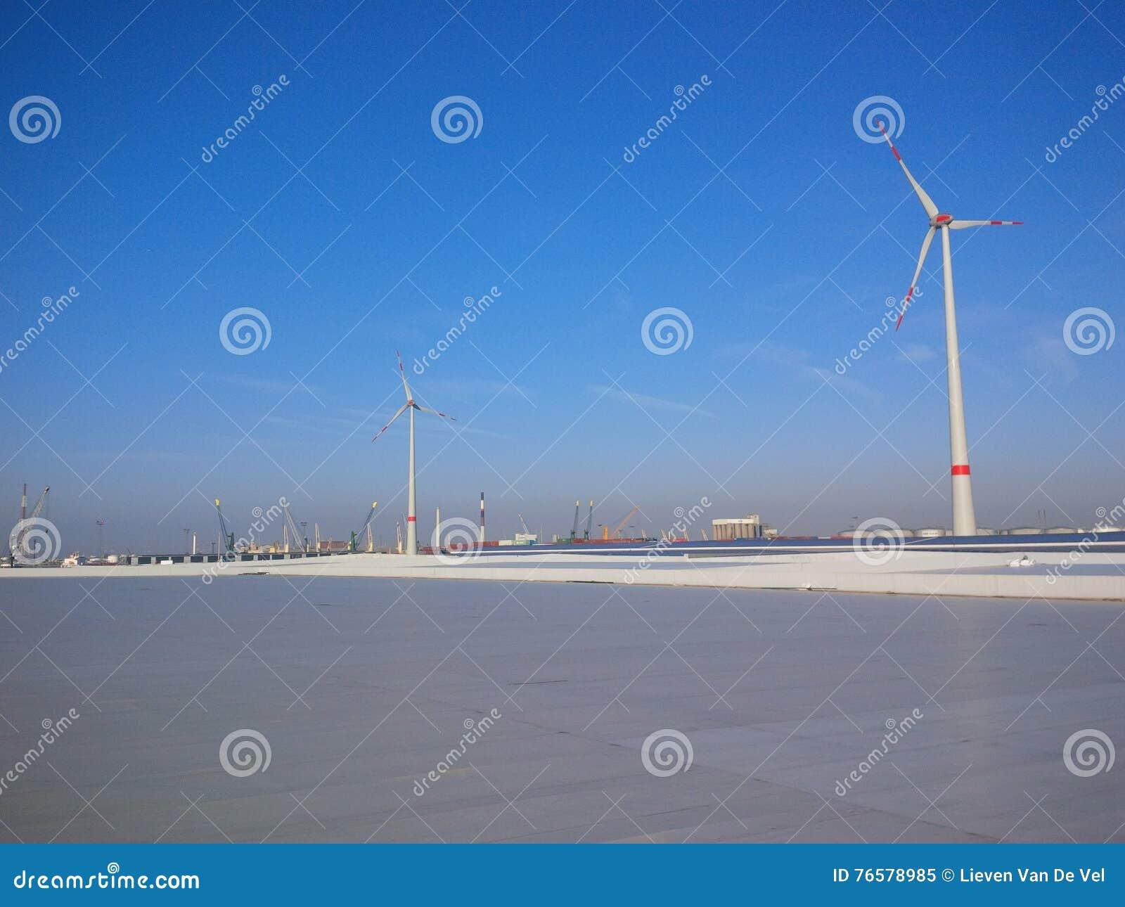 Tak med stora vindturbiner