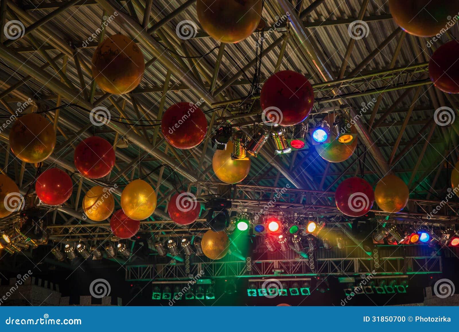 Tak som dekoreras med ballonger arkivfoto   bild: 31850700
