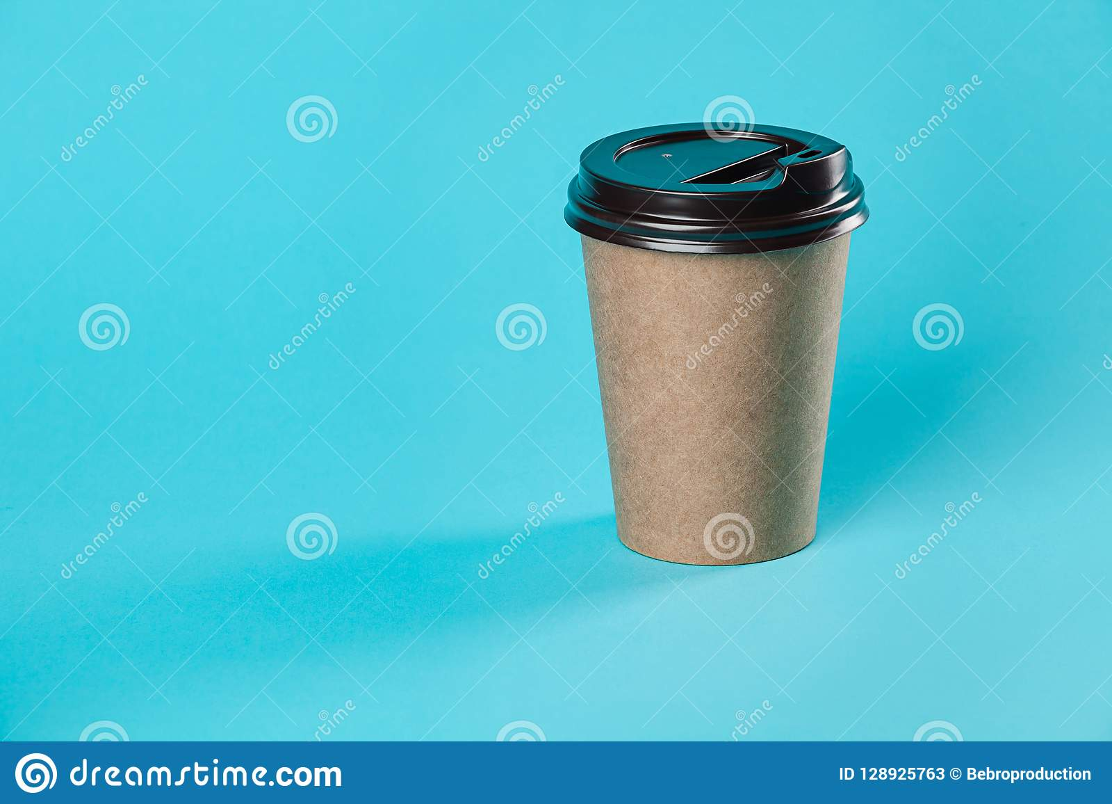 Take-$l*away πρότυπο φλυτζανιών καφέ εγγράφου που απομονώνεται στο μπλε υπόβαθρο