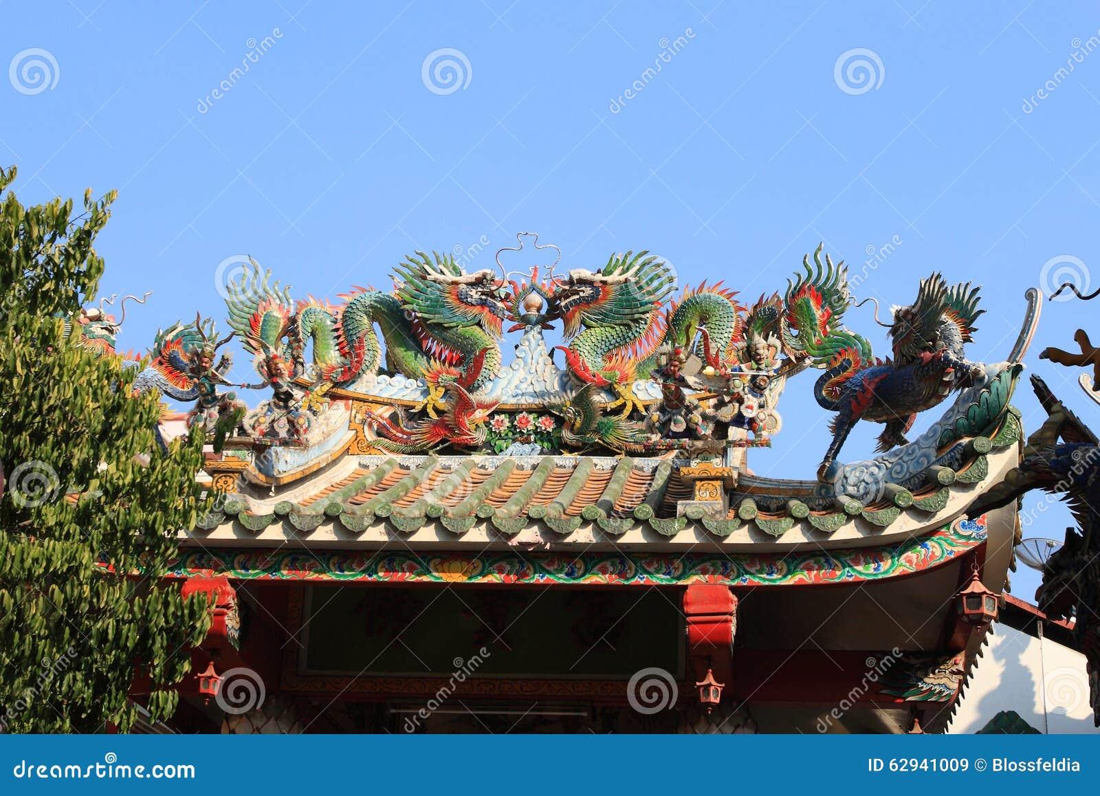 Taket av en kinesisk tempel i Bangkok, Thailand