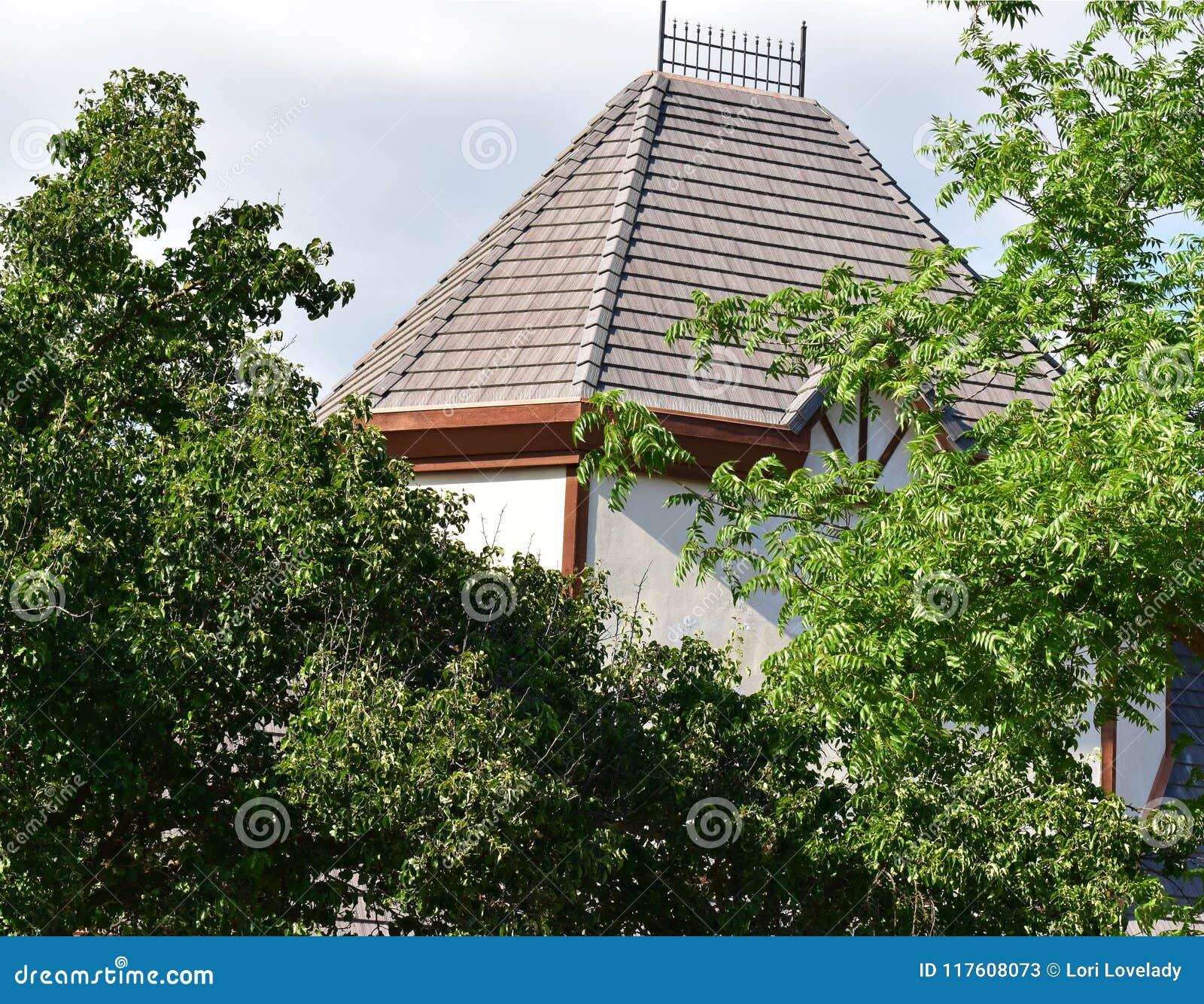 Taklägga överkanten på en struktur för Tudor husbyggnad med keramiska tegelplattor