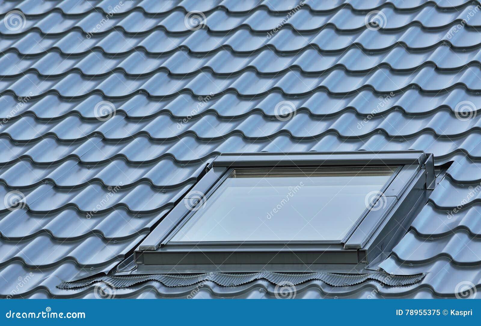 Taklägga fönstret, det grå färg belade med tegel taket, stor detaljerad vindtakfönsterbakgrund, diagonal taklägga modell