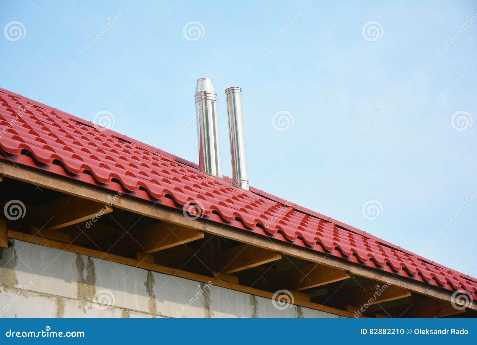 Taklägga konstruktionsyttersida Byggande nytt hus med det röda den utomhus- taket för metall och stållampglaset Oavslutad inst fö