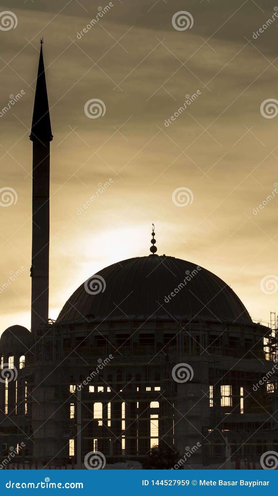 Taksim Istanbuł, Turcja, Marzec,/- 18th, 2019: Meczetowa budowa przy zmierzchem