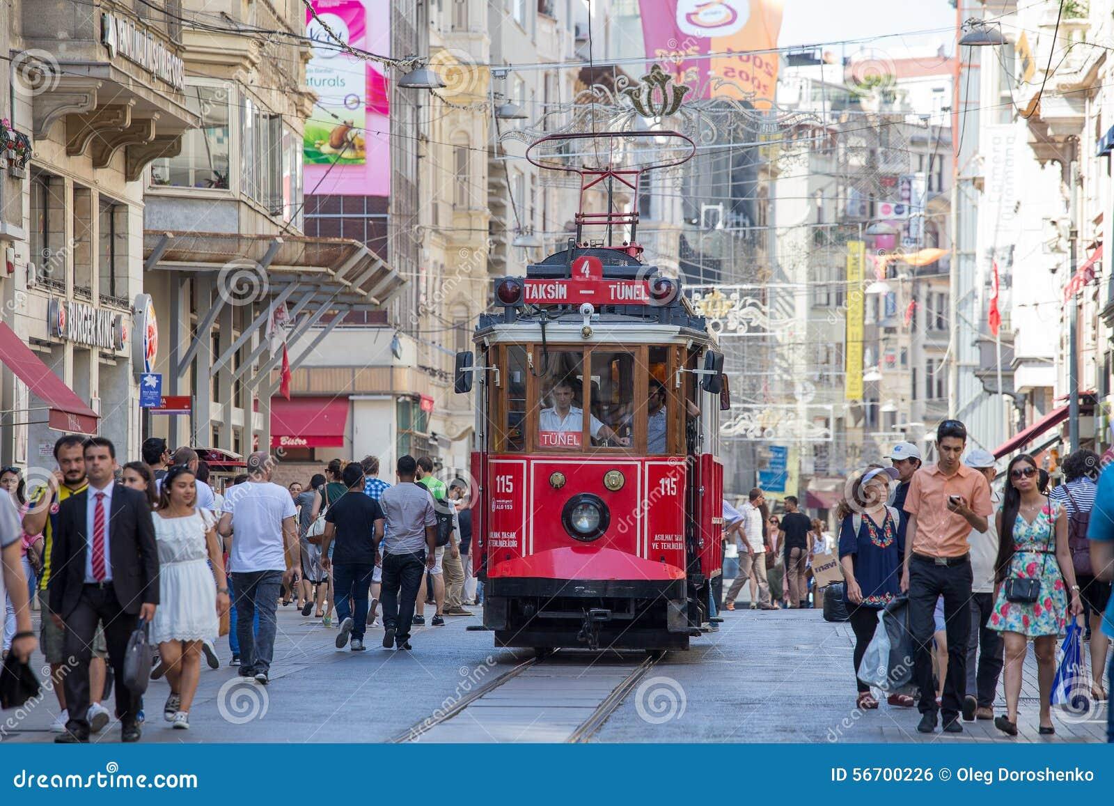 Taksim Tunel nostalgii Tramwajowi trundles wzdłuż istiklal ludzi przy istiklal aleją i ulicy Istanbuł, Turcja