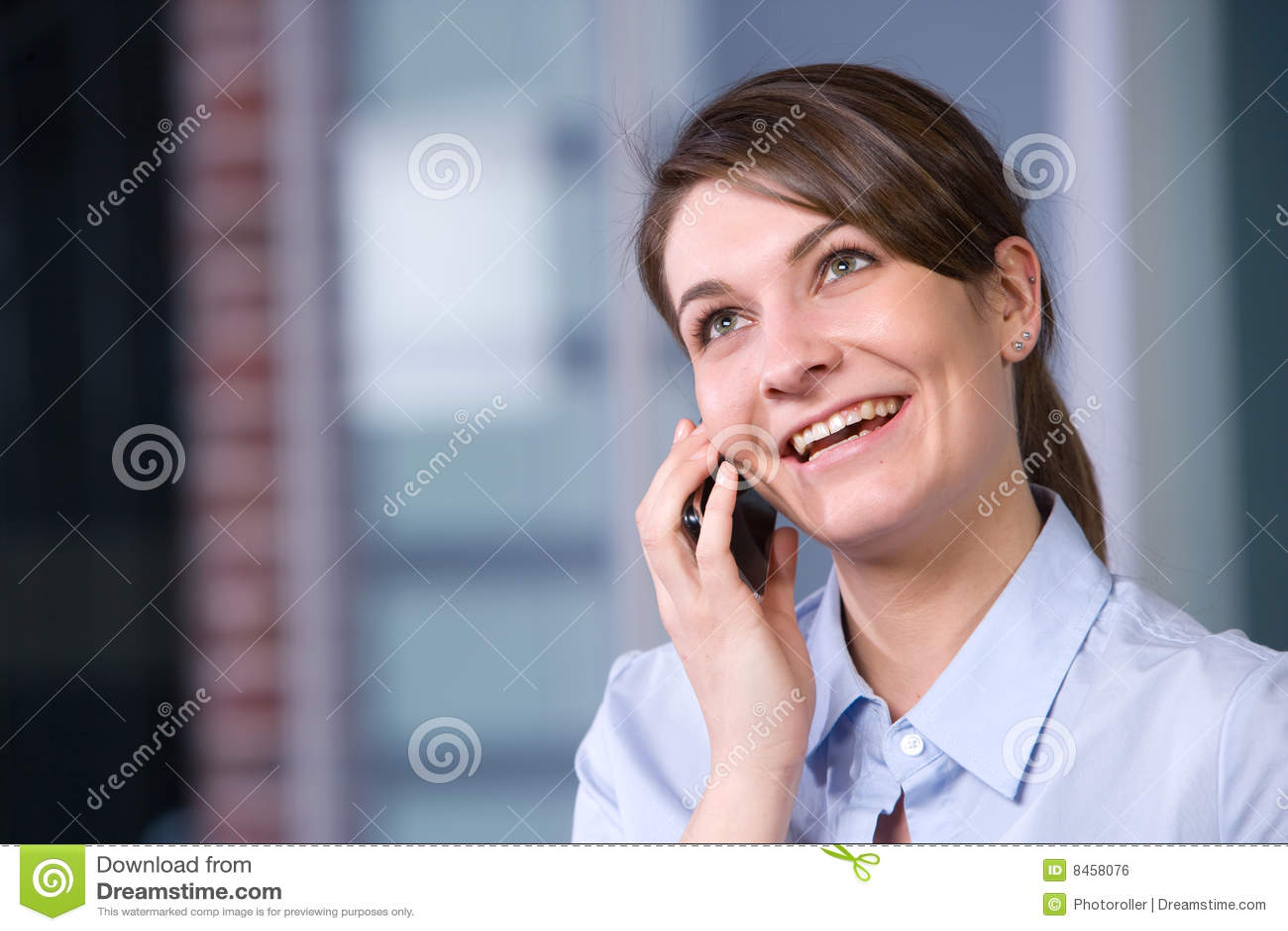 Talande kvinna för affärscelltelefon