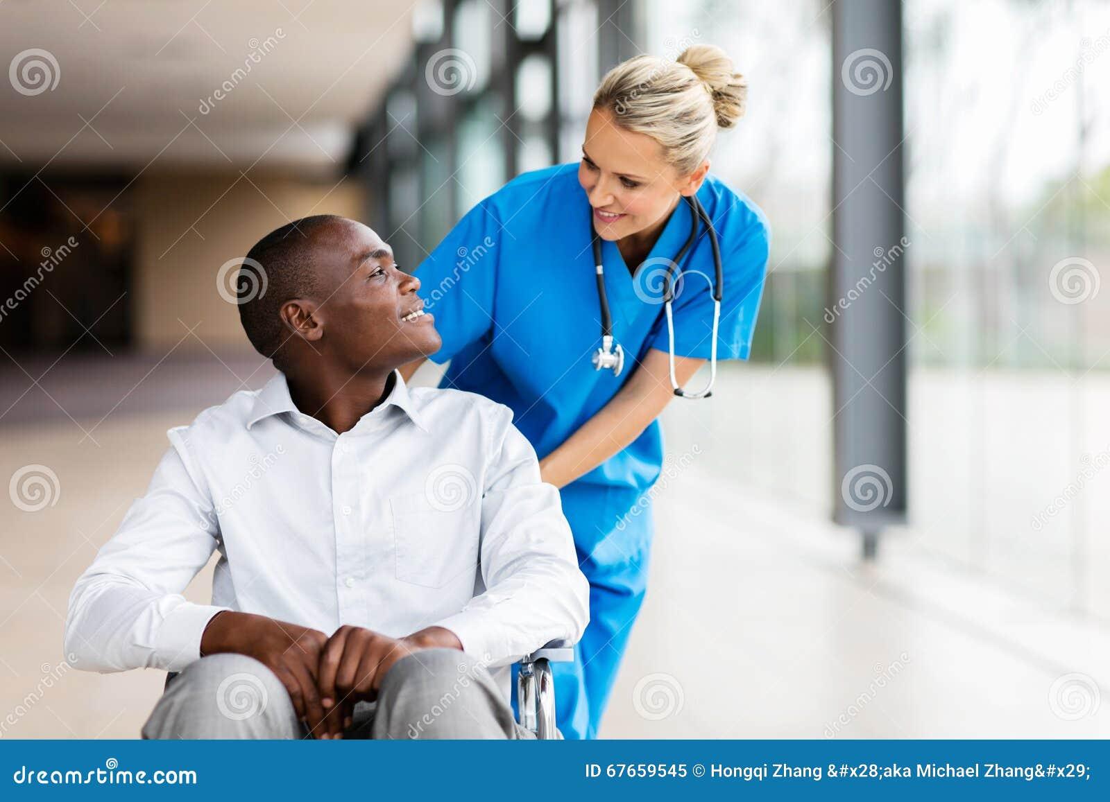Talande patient för kvinnlig sjuksköterska