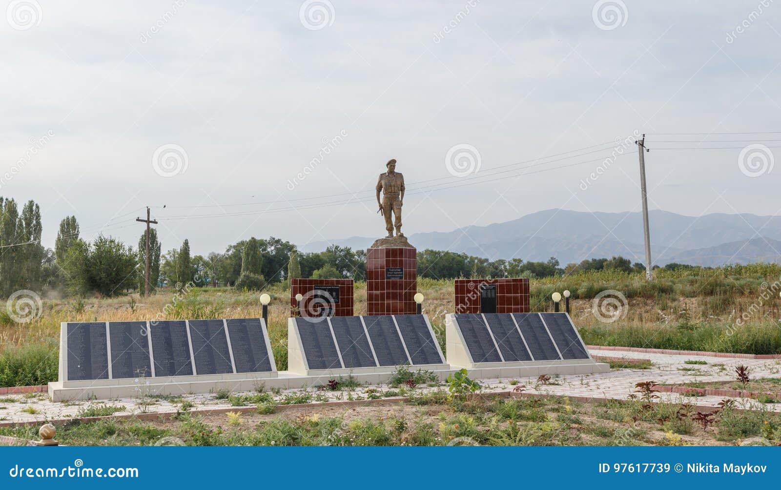 Talas del valle, Kirguistán - 15 de agosto de 2016: Monumento s caido