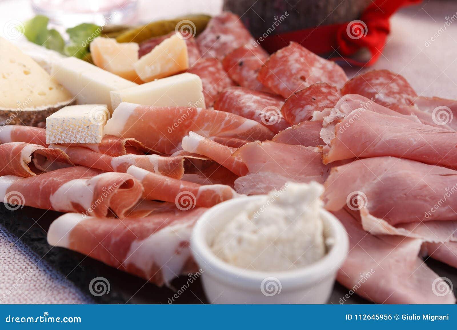 Talerz drobina i typowy włoski salami z serem i zalewą