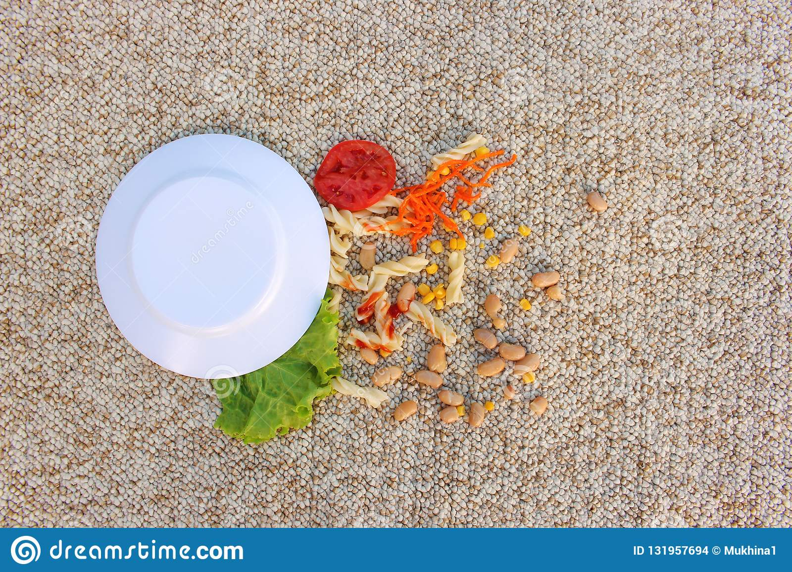 Talerz jedzenie spadał na dywanie