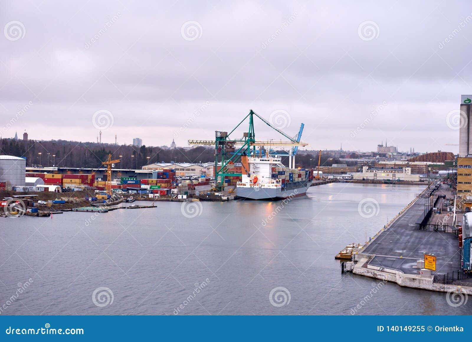 TALIN DES 2018 DELL ESTONIA 17: Caricamento della nave porta-container nel porto