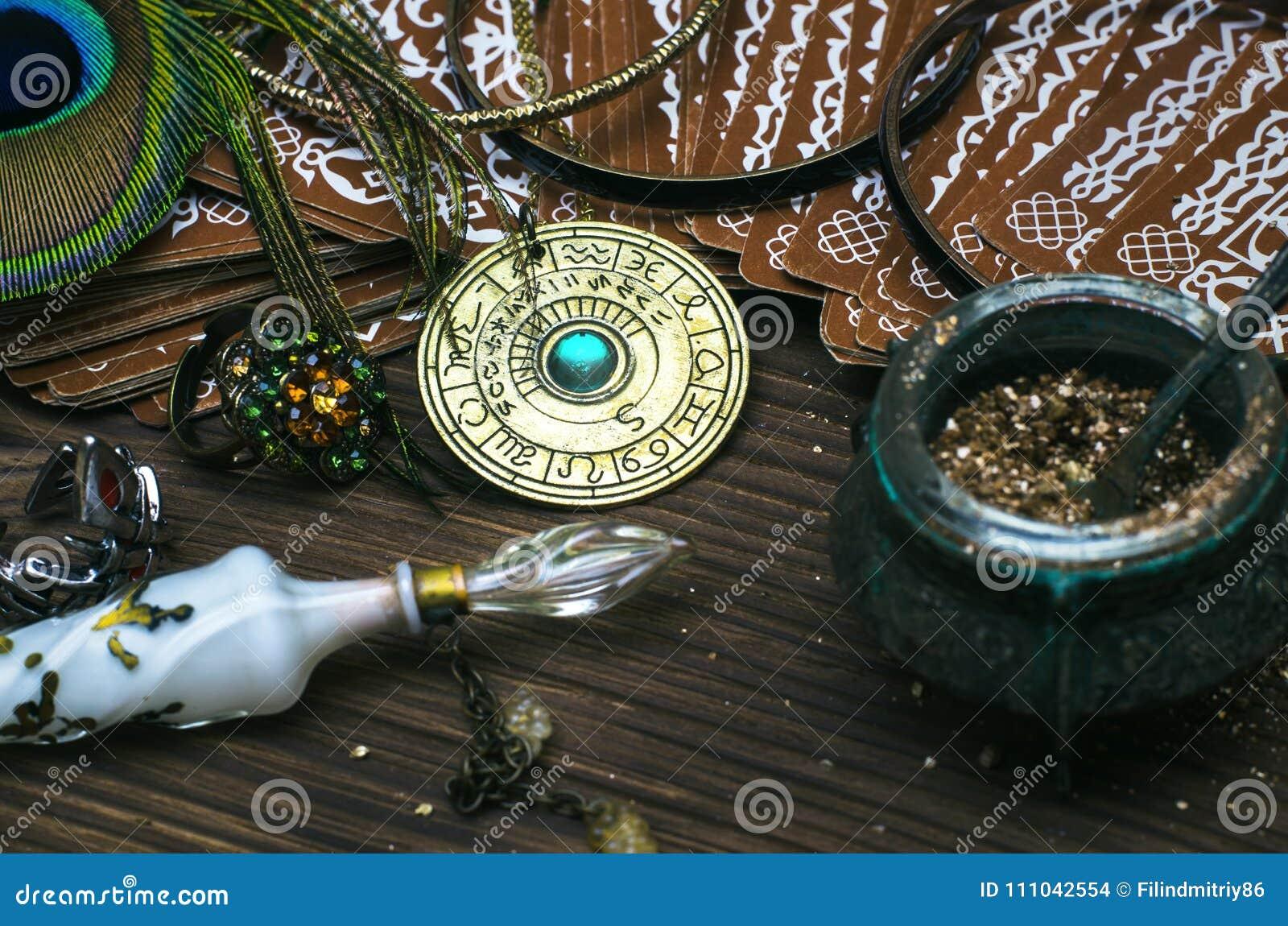 Talisman de roue de zodiaque avec des cartes de tarot Amulette d horoscope astrologie