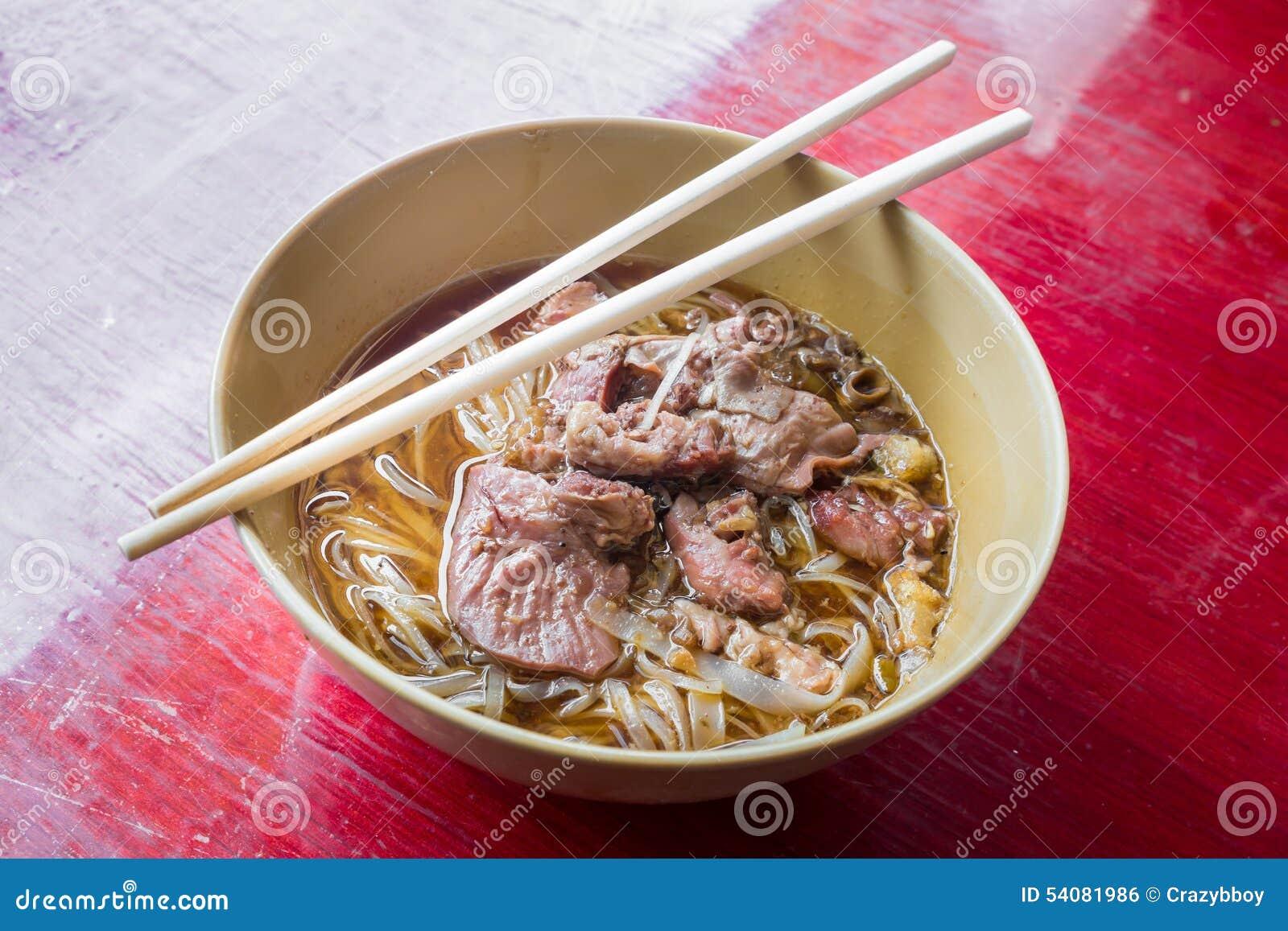 Tallarines asiáticos con cerdo guisado en el cuenco