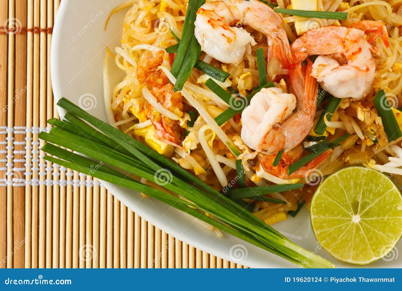 Tallarines de arroz revolver-fritos tailandeses (pista tailandesa)