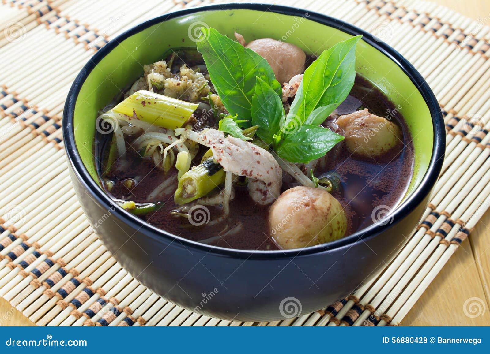 Tallarines de la comida tailandesa tradicional