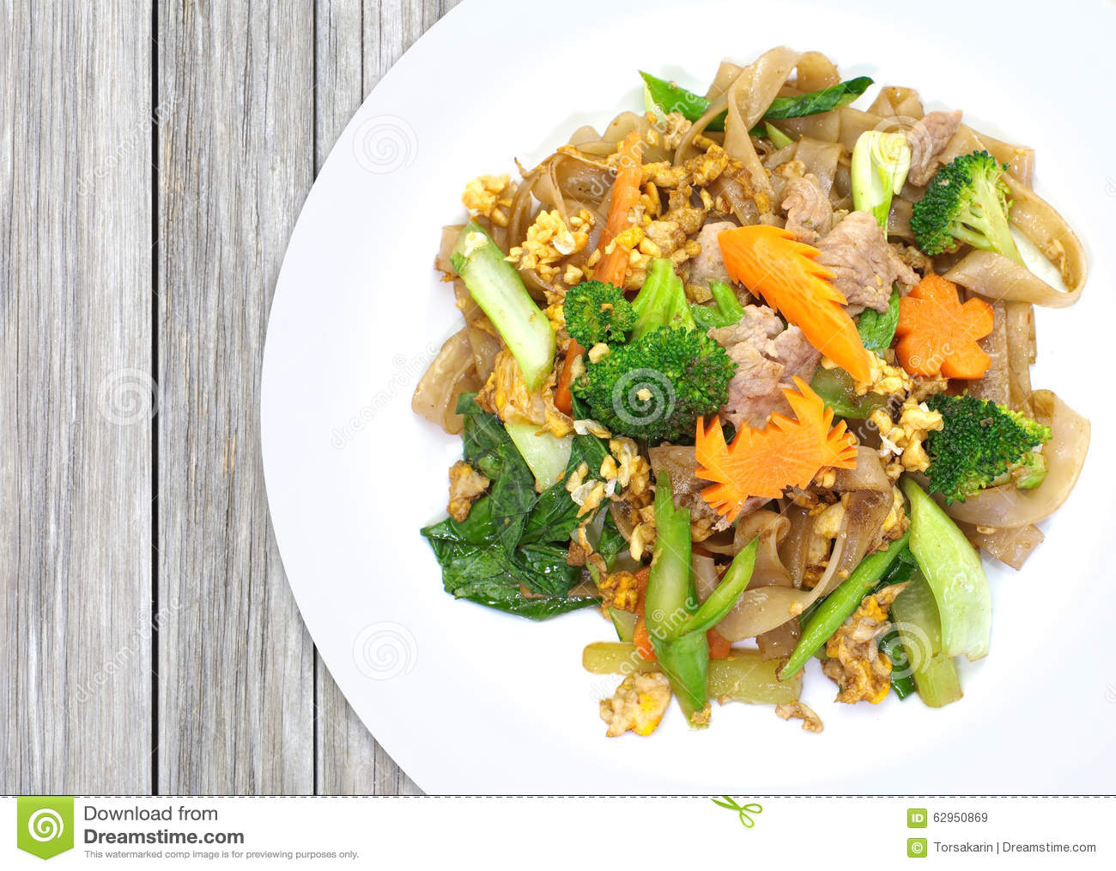 Tallarines fritos chino con el cerdo, huevo