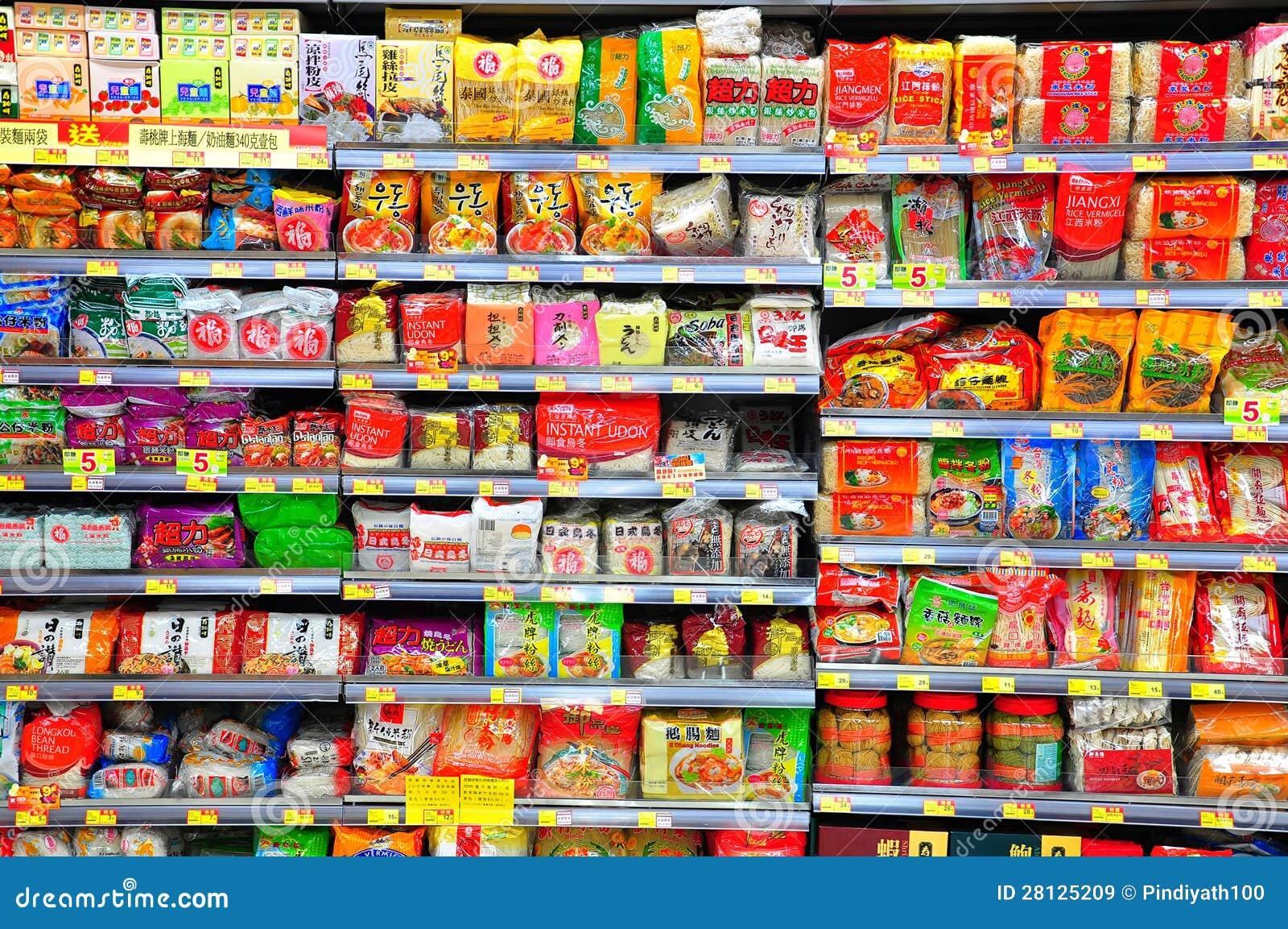 Tallarines inmediatos en estantes del supermercado