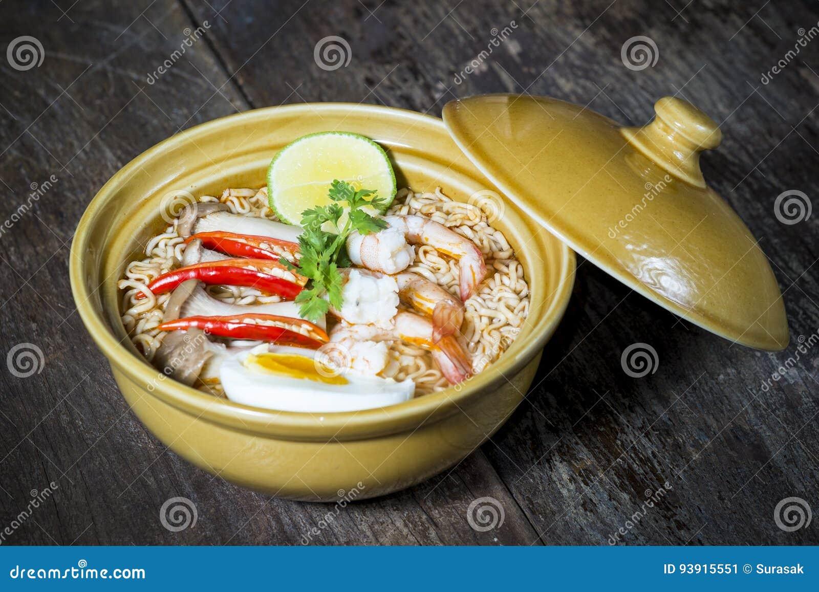 Tallarines inmediatos picantes tailandeses