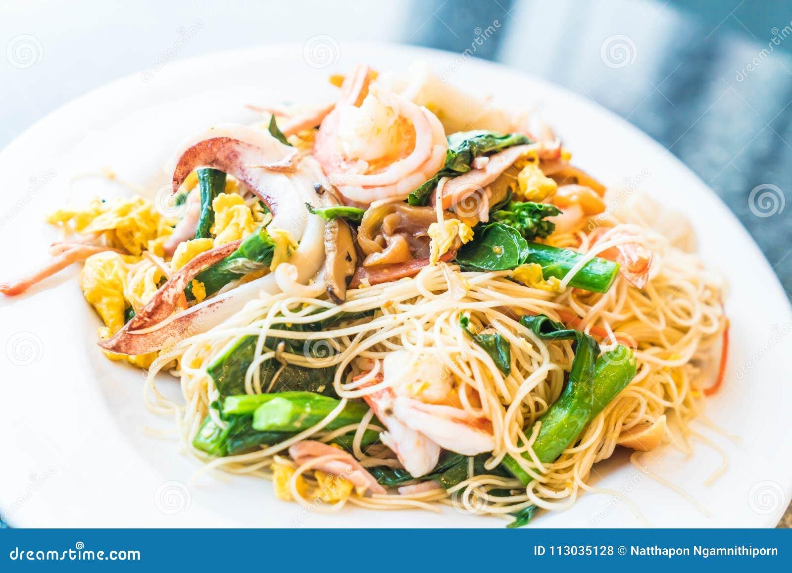Tallarines sofritos con los mariscos y las verduras mezcladas