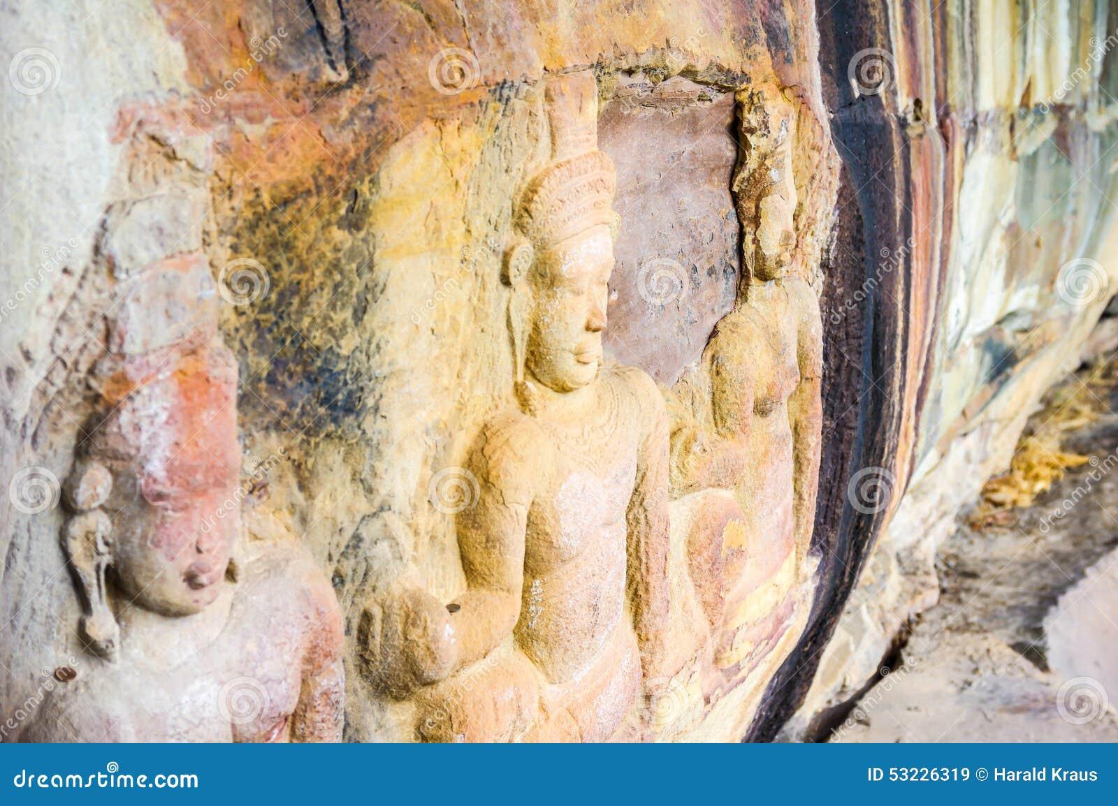 Tallas del alivio de Bas en una cara del acantilado cerca de la frontera tailandesa de Siem Riep Angkor Preah Viharn en Camboya