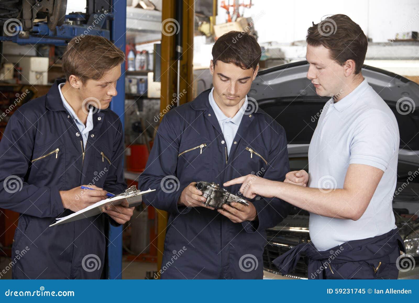Download Taller Del Garaje De Teaching Trainees In Del Mecánico Imagen de archivo - Imagen de persona, aprendizaje: 59231745