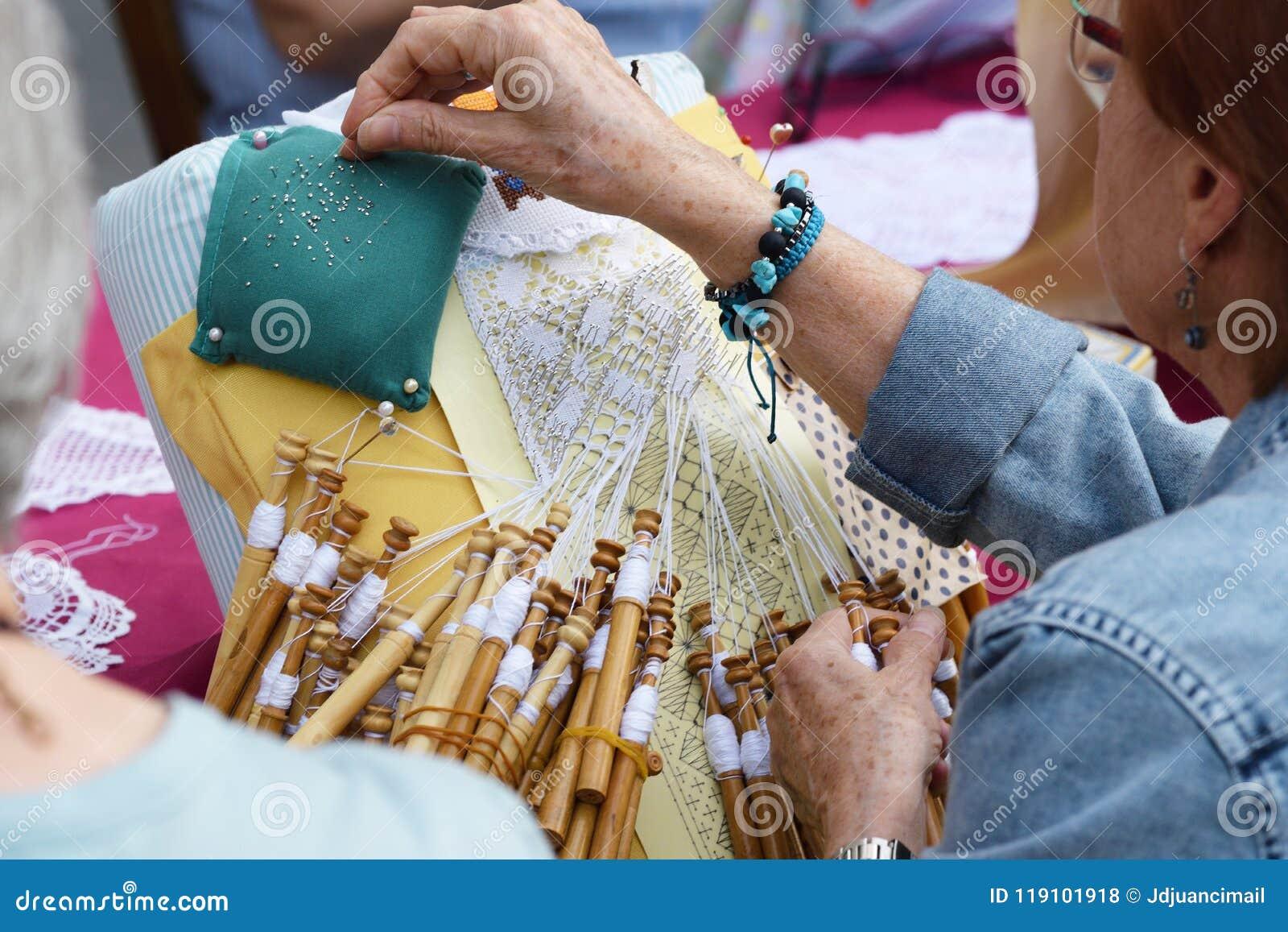 Taller mayor activo de la gente con el ganchillo tradicional del cordón de bobina Las manos detallan y vacian el espacio de la co