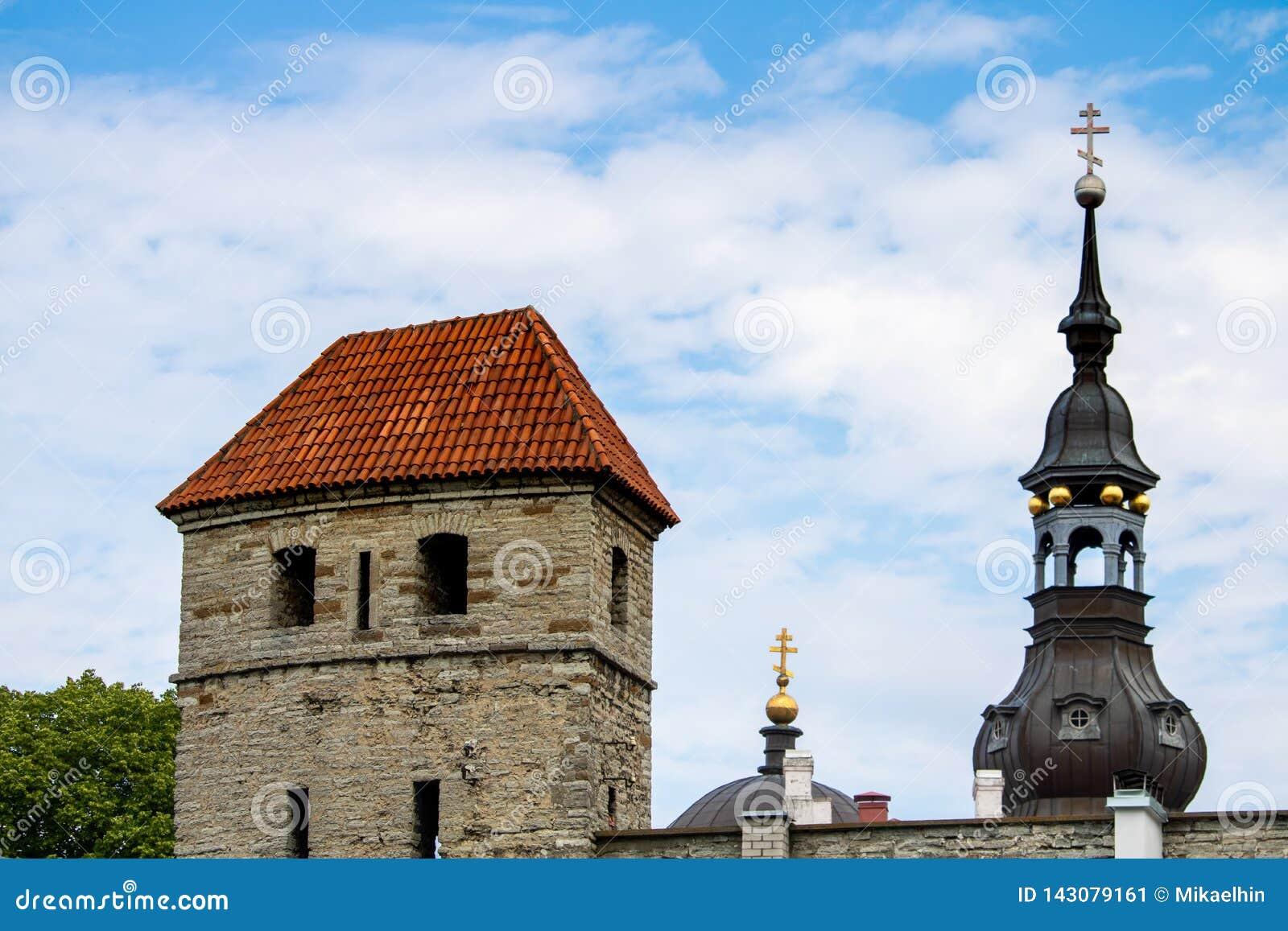 TALLINN ESTLAND JUNI 26, 2015: Sikt av den StMary kyrkan