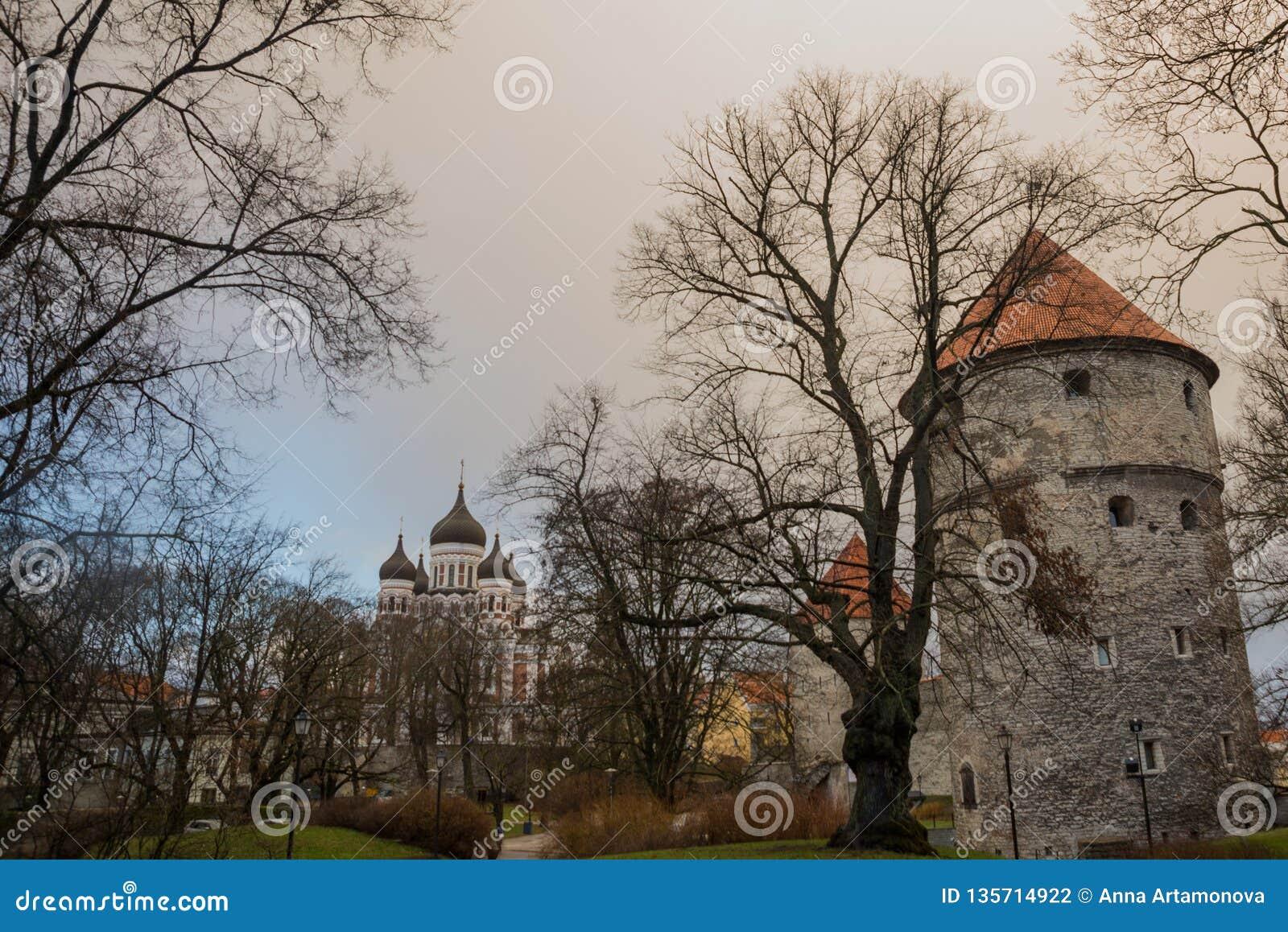 Tallinn Estland: Kiek i de Kok Museum och bastiontunneler i medeltida Tallinn defensiv stadsvägg Sikt av Alexander Nevsky