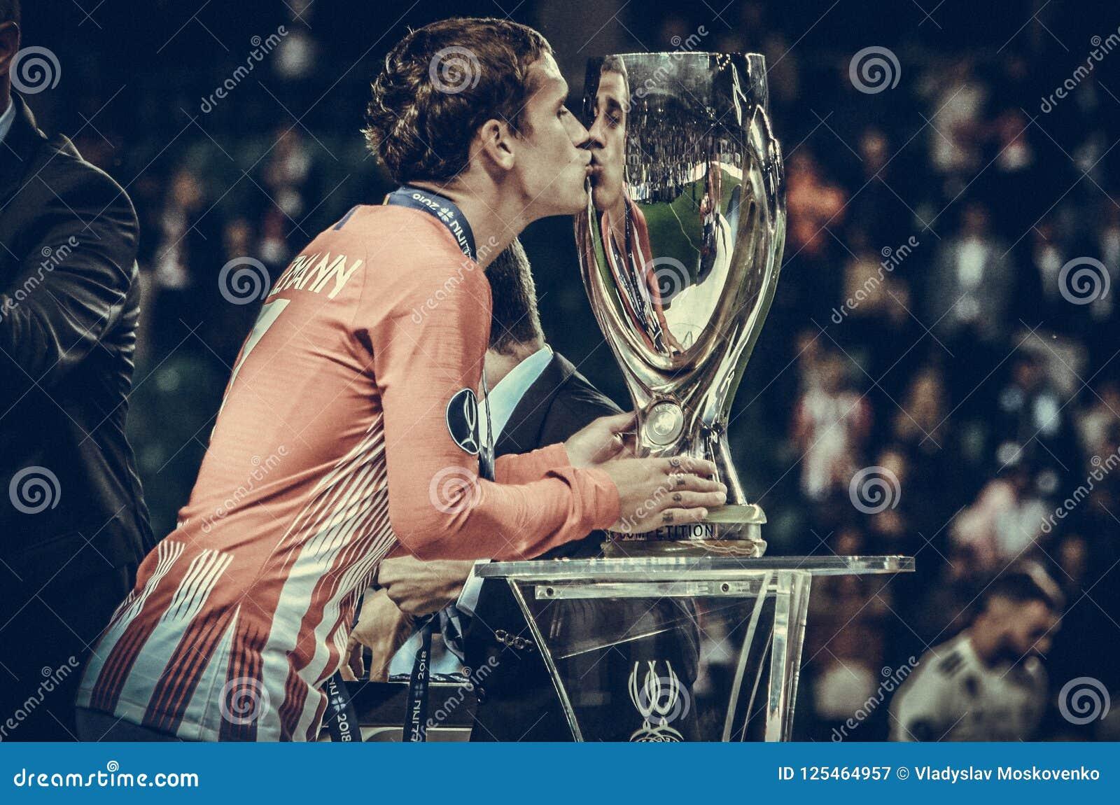 TALLINN, ESTONIA - 15 Sierpień, 2018: Antoine Griezmann buziaka UEFA