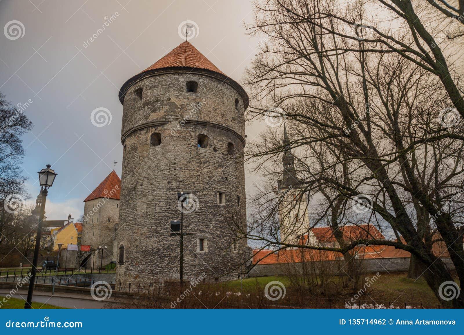 Tallinn, Estonia: St Nicholas «kościół, Niguliste kirik Kiek w De Kok Muzeum i bastionów tunelach w średniowiecznej Tallinn defen