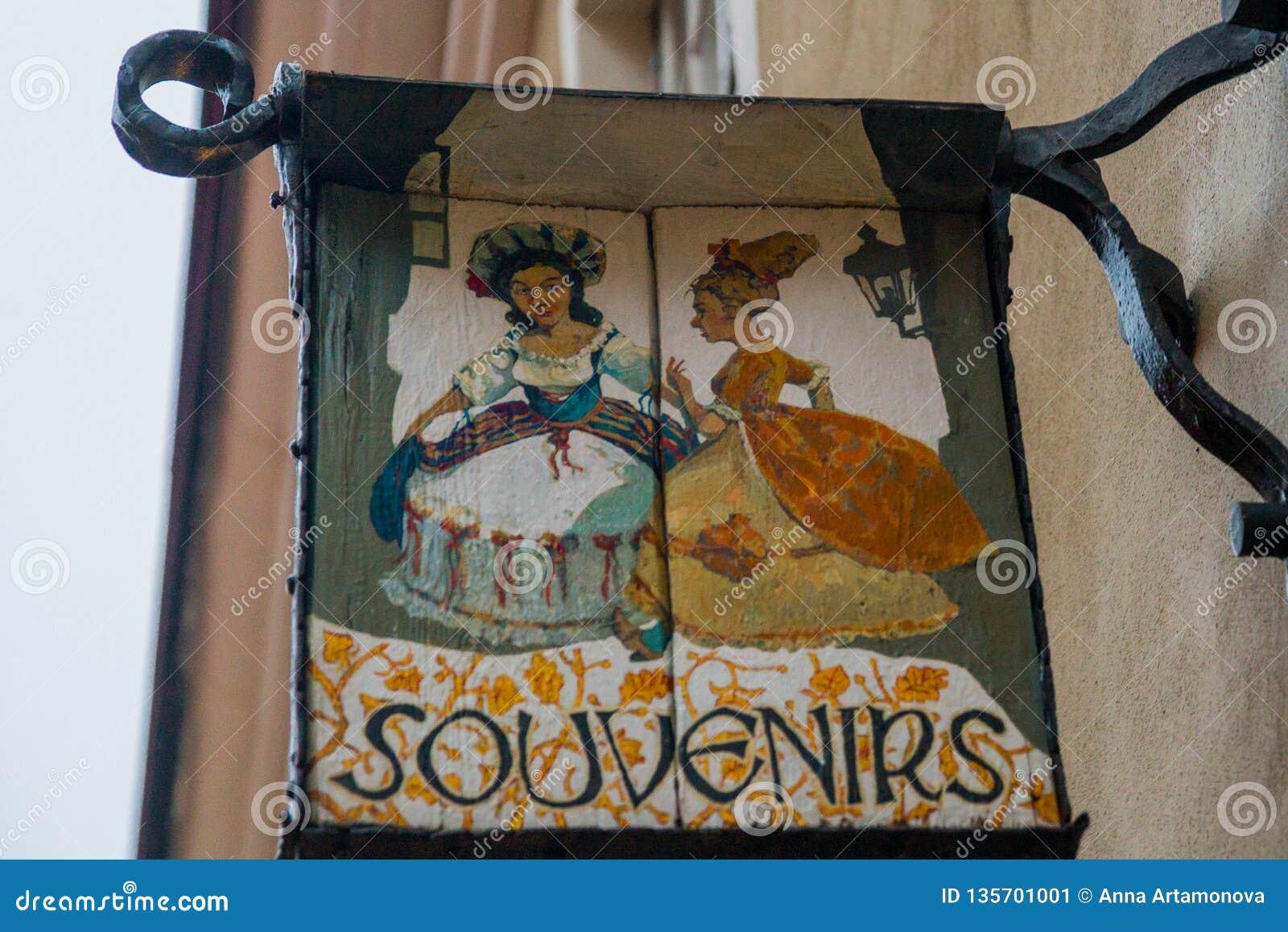 Tallinn, Estonia: Una muestra fuera de una tienda de souvenirs