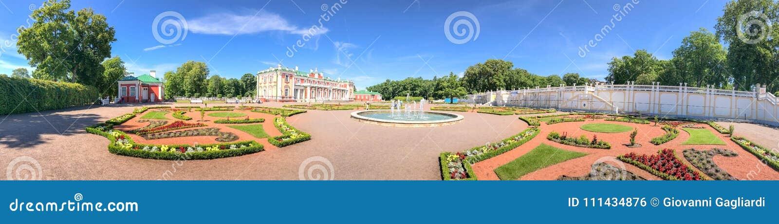 TALLINN, ESTONIE - 15 JUILLET 2017 : Château de Kadriorg de visite de touristes