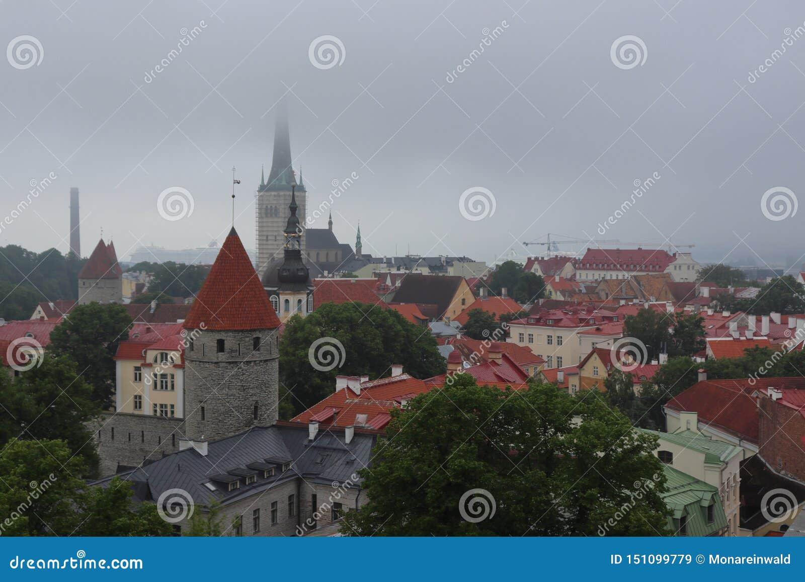 Tallinn très nuageux en été en vacances