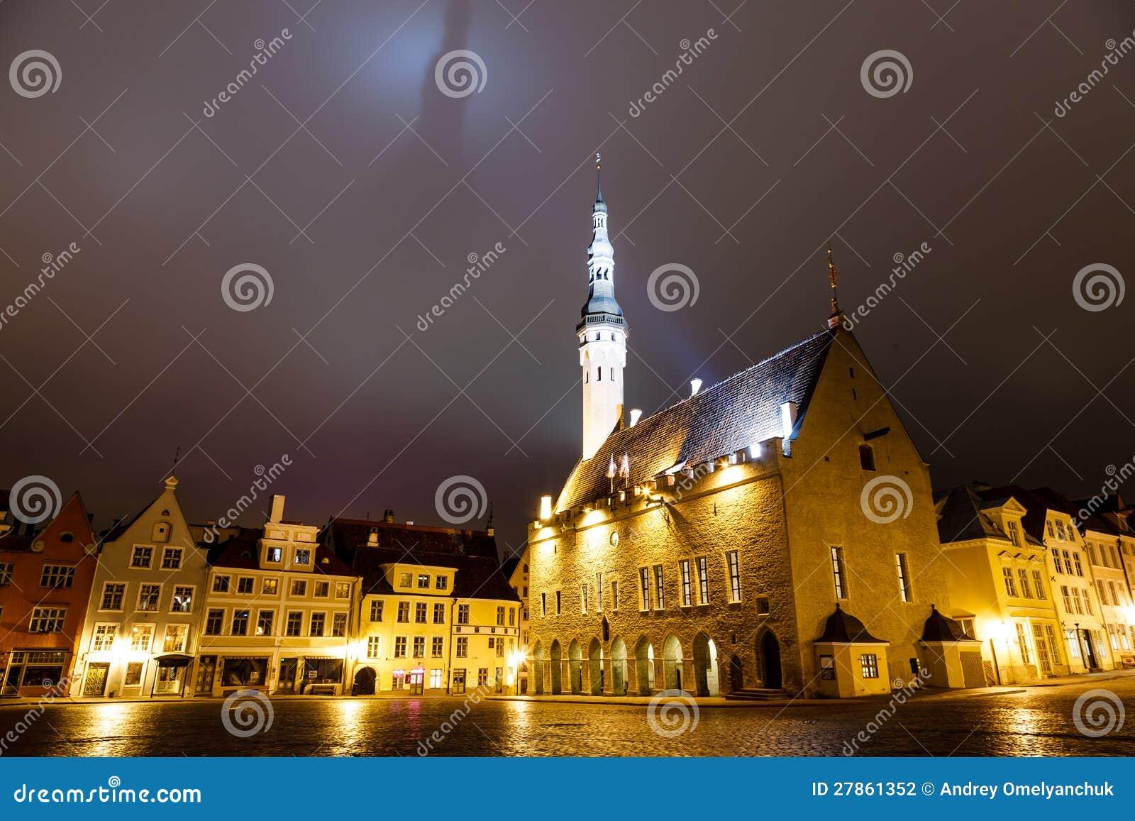 Tallinn Urząd Miasta przy Noc Kastingu Cieniem