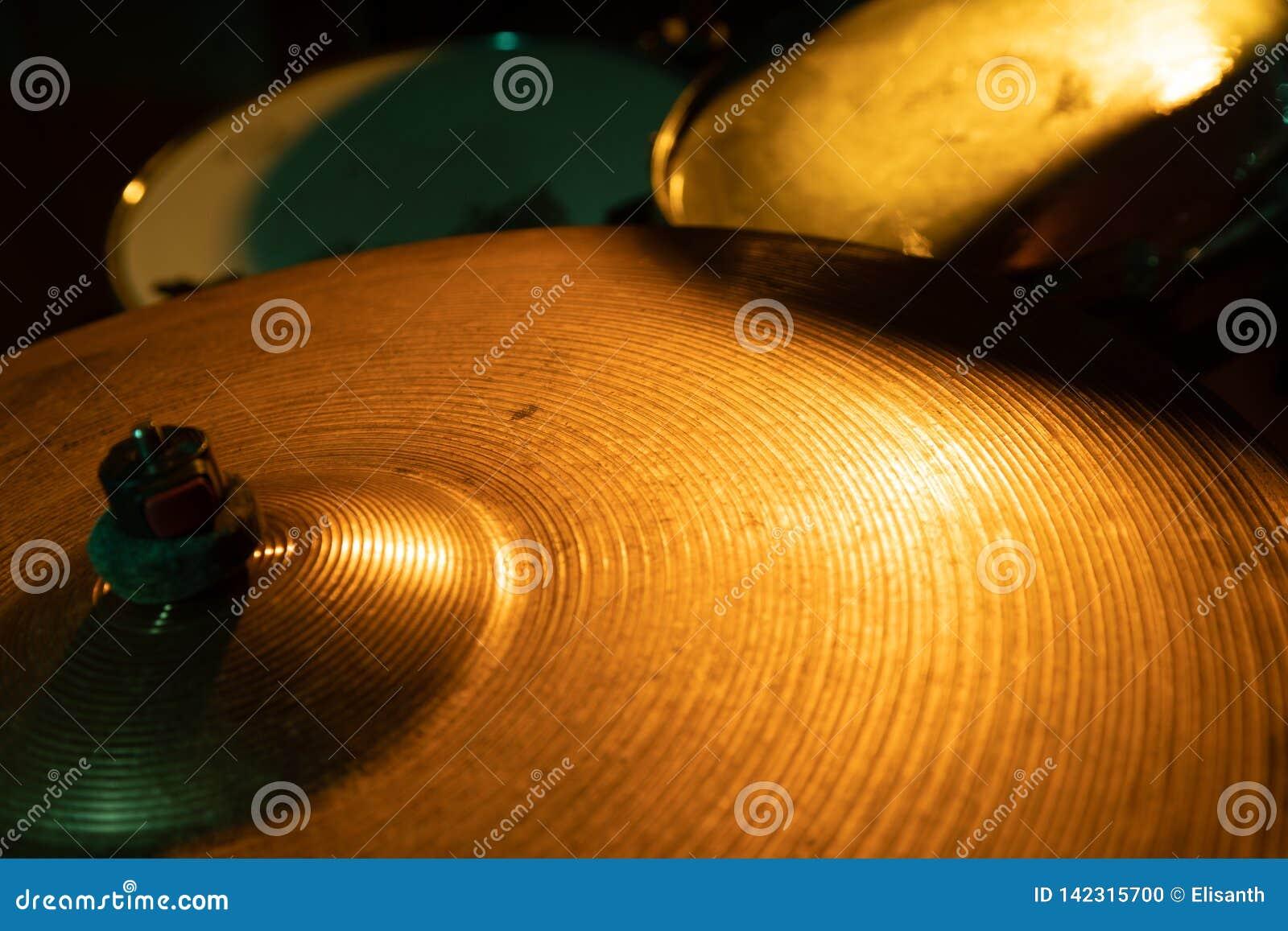 Tambor de la banda de rock fijado con los platillos